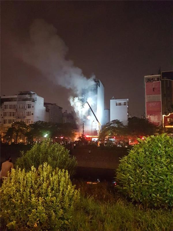 Cháy lớn suốt 4 tiếng tại Hà Nội, một tòa nhà lớn bị thiêu trụi