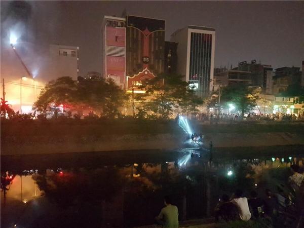 20h20p, nước của hàng chục xe chữa cháy đã hết, lực lượng PCCC phải bơm nước từ sông Tô Lịch lên ứng cứu