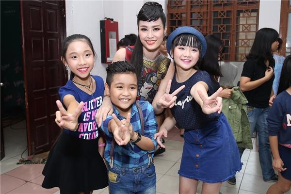 Ông Cao Thắng ga-lăng che ô cho Đông Nhi tới hậu trường The Voice Kids - Tin sao Viet - Tin tuc sao Viet - Scandal sao Viet - Tin tuc cua Sao - Tin cua Sao