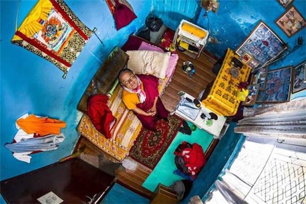Từ năm 2010, nhiếp ảnh gia Nam Phi John Thackwray bắt đầu một cuộc hành trình trên toàn thế giới với dự án mang tên My Room. John lắp một máy ảnh trên trần nhà phòng ngủ của mỗi người tham gia dự án để chụp lại những gì riêng tư nhất.