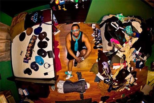 Những bức ảnh này được tập hợp và in thành một cuốn sách ảnh. Maleeq ngồi giữa căn phòng số 219 tại New York, Mỹ.