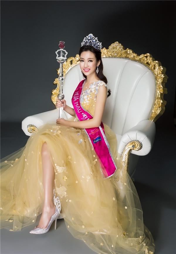 Hoa hậu Đỗ Mỹ Linh diện bộ váy màu vàng nhạt với phom xòe trên nền chất liệu voan lưới mềm mại kết hợp chi tiết hoa đính kết. Cô đội vương miện, cầm quyền trượng và mang giày thiên thần - món quà tặng đặc biệt dành tặng Hoa hậu Việt Nam 2016.