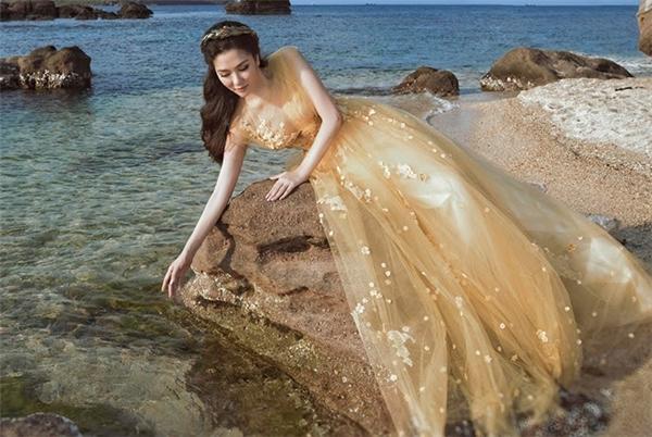 Bộ váy của Thu Thảo cũng từng được Hoa hậu Việt Nam 2004 Nguyễn Thị Huyền diện trong một bộ ảnh thời trang trước thềm show diễn của nhà thiết kế Hoàng Hải - chủ nhân mẫu thiết kế.
