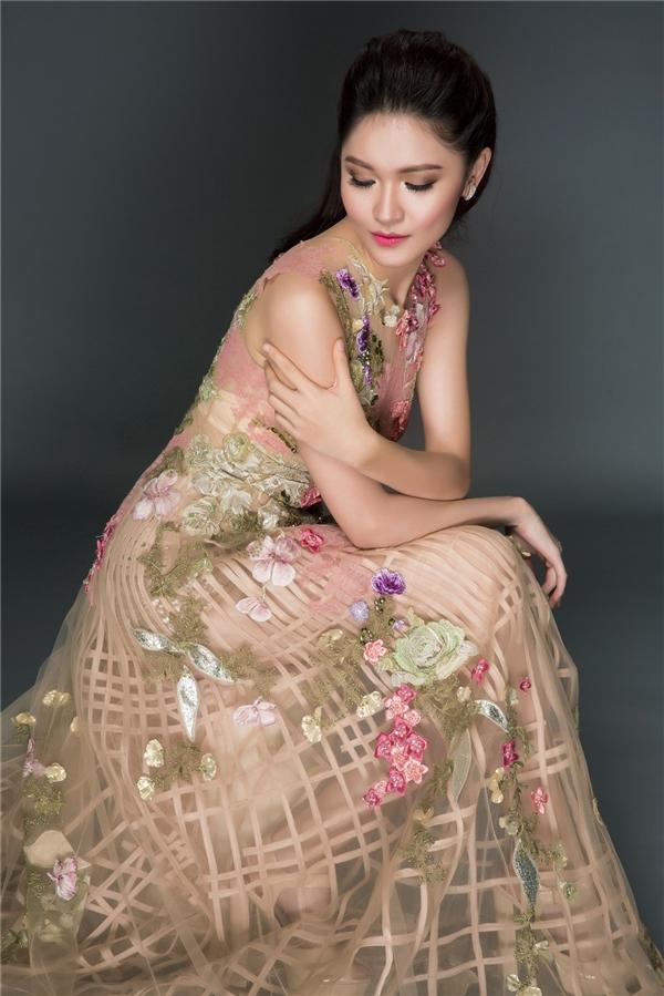 Cùng một kiểu váy, Thu Thảo hay Mỹ Linh thu hút hơn?