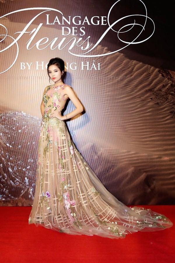 Á hậu 2 Huỳnh Thị Thùy Dung diện lại bộ váy mà Hoa hậu Kỳ Duyên từng trình diễn catwalk trong show của nhà thiết kế Hoàng Hải. Có thể thấy, Thùy Dung có phần nổi bật hơn đàn chị nhờ kiểu tóc phù hợp.