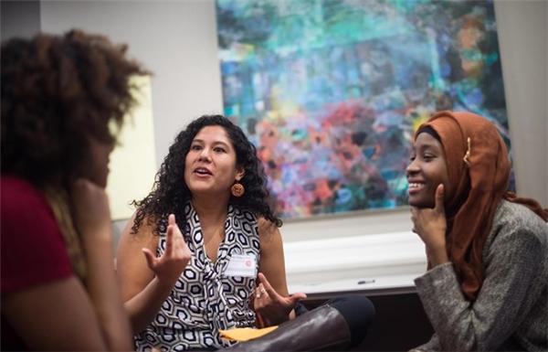 Hội Sinh viên Thế hệ thứ nhất tại Harvard là nơi để sinh viên nghèo trải lòng, cùng nhau vượt qua khó khăn. Ảnh: Boston Globe.
