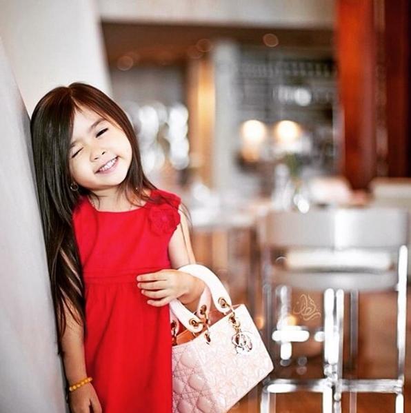 Cô bé thường xuyên sử dụng túi xách hàng hiệu và cácbộ áo quần đắt tiền.