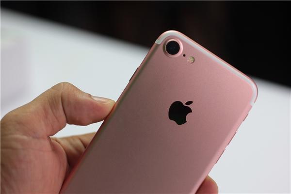iPhone 7 màu hồng, camera kích thước lớn hơn iPhone 6, cùng nhô khỏi mặt lưng nhưng iPhone 7 có đường bo lồi cho cảm giác lộ camera hơn trên iPhone 6 và6s.
