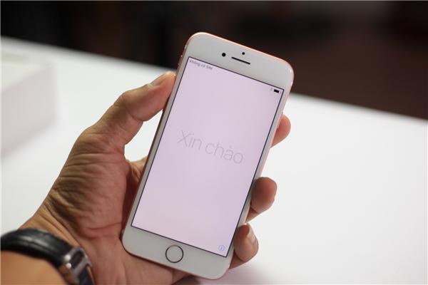 Mặt trước của iPhone 7 nhìn không khác nhiều so vớiiPhone 6s. Chỉ một điểm khác biệt là trên iPhone 7, Apple bỏ phím home vật lý và thay vào đó là phím home force touch giống như trên các thiết bị macbook trước đó.
