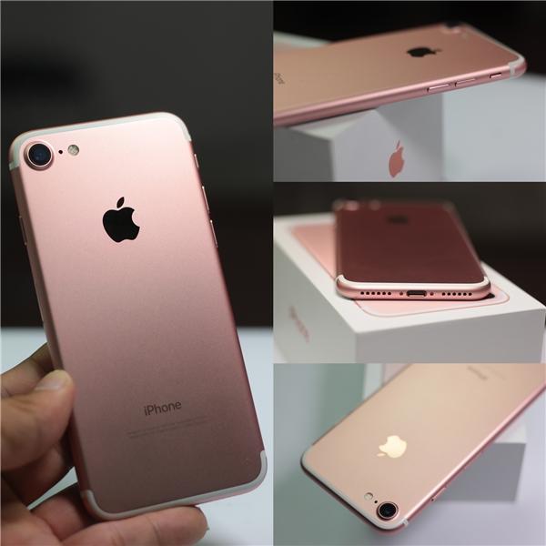 Điểm khác biệt khinhìn vào iPhone 7 so với những phiên bảntiền nhiệm là cụm camera to hơn và lộ hơn.Đáy thiết bị đã bỏ đi lỗ cắm jack 3.5mm, thay vào đó là mộtdải loa mới, cho phép thiết bị nghe âm thanh dạng stereo.