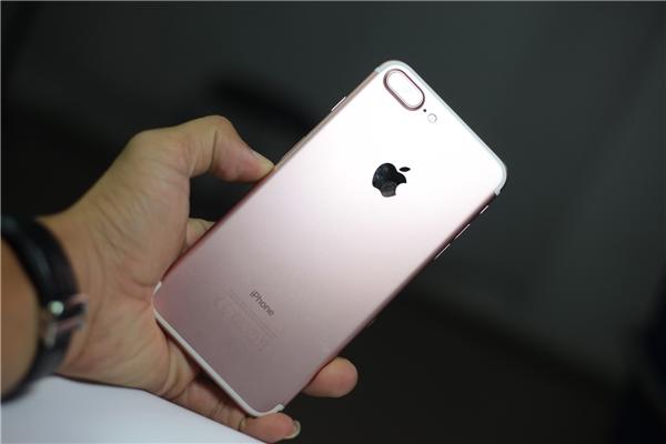 Mặt lưng iPhone 7 plus cũng giống iPhone 7 nhưng lớn hơn về kích thước, bằng với iPhone 6s plus