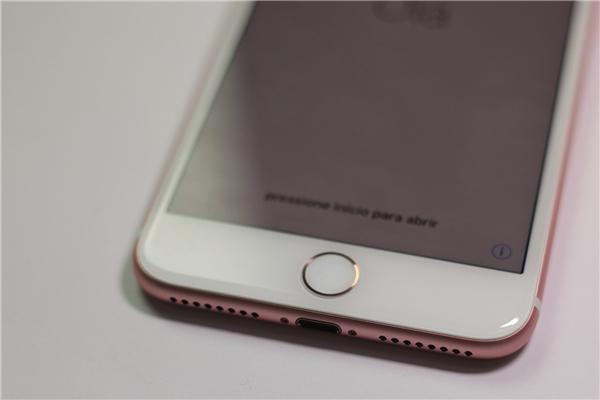 """Cụm loa và phím home giống với iPhone 7, với phím home force touch cho cảm gác rất """"đã"""" khi chạm."""
