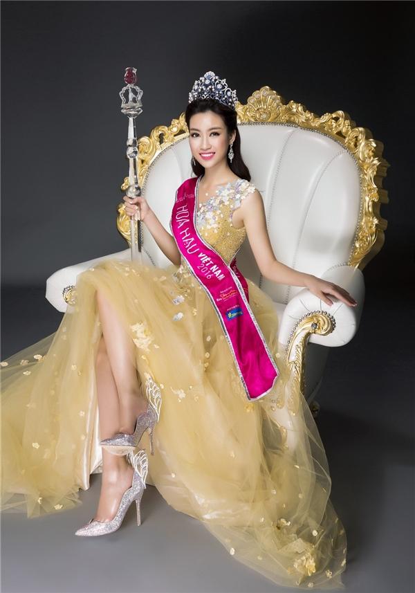 Hoa hậu Việt Nam 2016 diện thiết kế bồng xòe trên nền chất liệu voan lụa mềm mại kết hợp họa tiết hoa đính kết tựa như bức tranh mùa thu lãng mạn, ngọt ngào. Mỹ Linh đội vương miện, cầm quyền trượng và mang giày thiên thần - món quà tặng đặc biệt dành cho Hoa hậu Việt Nam 2016.