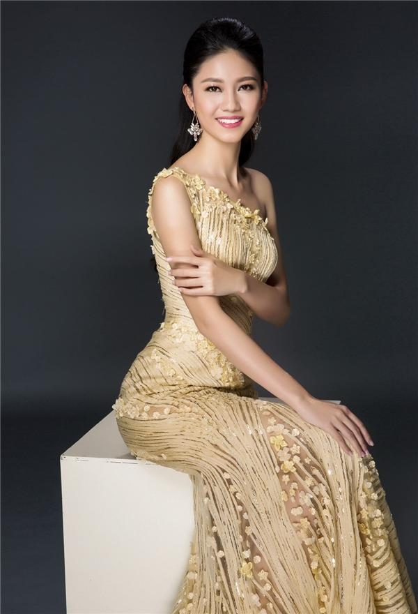 Với chiều cao 1m80, số đo 3 vòng nổi bật, Á hậu 1 Ngô Thanh Thanh Tú được nhà thiết kế Hoàng Hải cho diện bộ váy đuôi cá ôm sát khoe đường cong. Sắc vàng ngọt ngào mang đến vẻ ngoài trẻ trung cho người đẹp 22 tuổi.