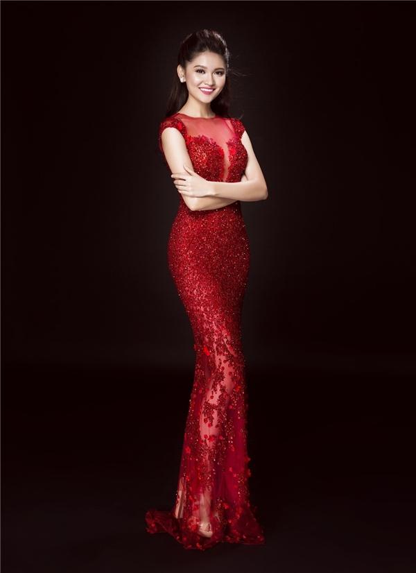 Sắc đỏ nồng nàn trên nền chất liệu xuyên thấu kết hợp ren, sequins mang đến vẻ ngoài nổi bật, thu hút cho Mỹ Linh, Thanh Tú, Thùy Dung. Các thiết kế đều được Hoàng Hải cân đo phù hợp với sắc vóc của từng người đẹp.