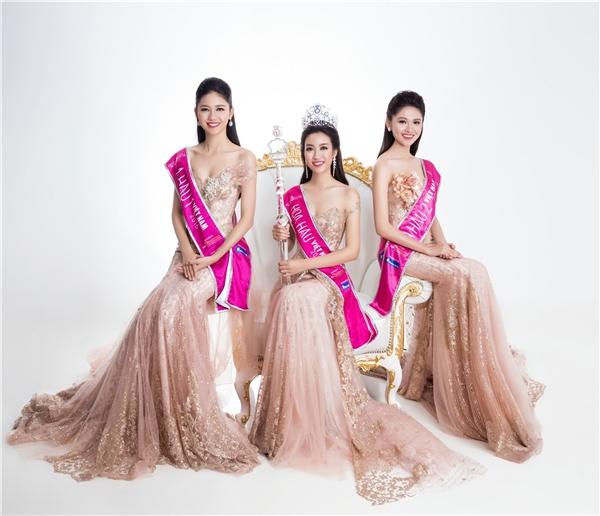 Top 3 Hoa hậu Việt Nam 2016 đọ dáng trong các thiết kế đuôi cá ôm sát trên nền sắc hồng pastel. Sau cuộc thi, Mỹ Linh, Thanh Tú đã có những trải nghiệm đầu tiên trong việc góp phần quảng bá du lịch Việt Nam. Đây cũng chính là mong muốn và khát vọng của Á hậu 2 Hoa hậu Việt Nam 2016 Thùy Dung.