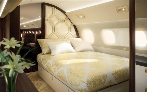 """Đây là """"khoang hạng nhất"""", chứa đủ một chiếc giường lớn và phòng tắm riêng.(Ảnh: Business Insider)"""