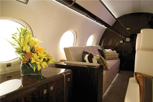 Với 65 triệu đô (khoảng 1,4 nghìn tỉ đồng), bạn có thể sắm cho mình một chiếc Gulfstream G650. Đây là chiếc dài nhất và rộng nhất trong số những chiếc phi cơ riêng hiện nay.(Ảnh: Business Insider)
