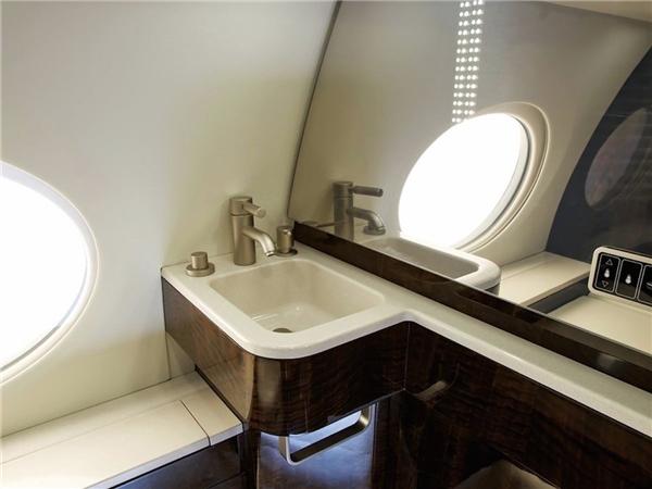 Phòng tắm nổi bật với không gian thoáng đãng và lối bài trí hiện đại.(Ảnh: Business Insider)