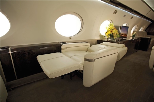 Với những chiếc ghế dài có thể ngả thành giường thế này thì những chuyến bay hàng tiếng đồng hồ không còn là ác mộng nữa.(Ảnh: Business Insider)