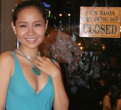 Mai Khôi cũng không hề kém cạnh với nhiều bộ trang phục lộ rõ vòng một kém tinh tế.