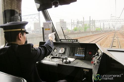 """Hi hữu: một nhân viên lái tàu """"đi nhỏ"""" dọc đường ray vì sợ khách bị trễ tàu.(Ảnh minh họa - Nguồn: Internet)"""