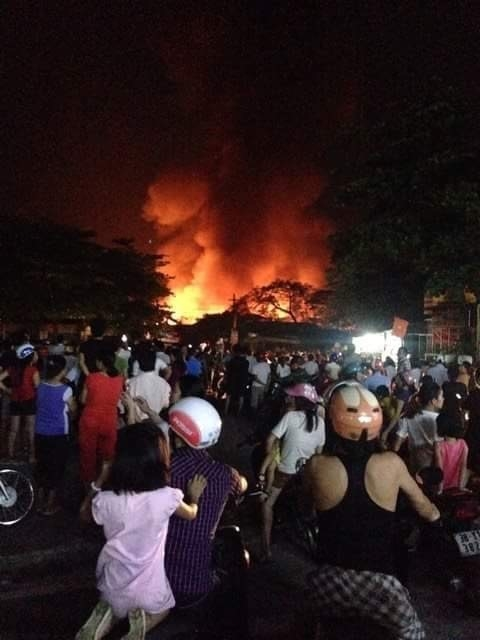 Đại hỏa hoạn tại Hà Tĩnh, xóa sổ chợ Bình Sơn trong đêm tối