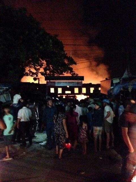 20h30: hàng ngàn người dân hiếu kỳ tập trung đông quanh khu vực chợ, xe cứu hỏa vẫn chưa tới. Ảnh: Việt Hương