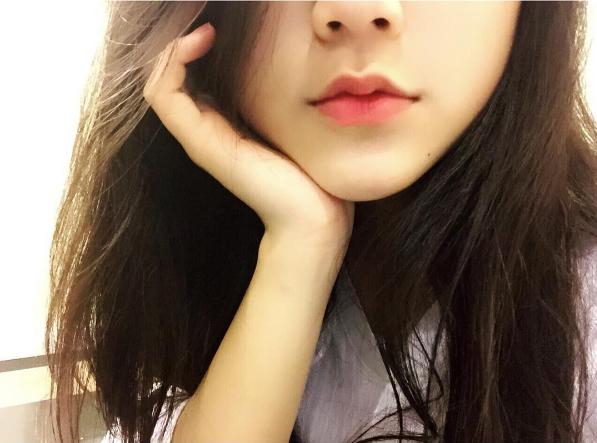 Cô bạn 16 tuổi với gương mặt xinh không tì vết khiến bạn chẳng thể rời mắt