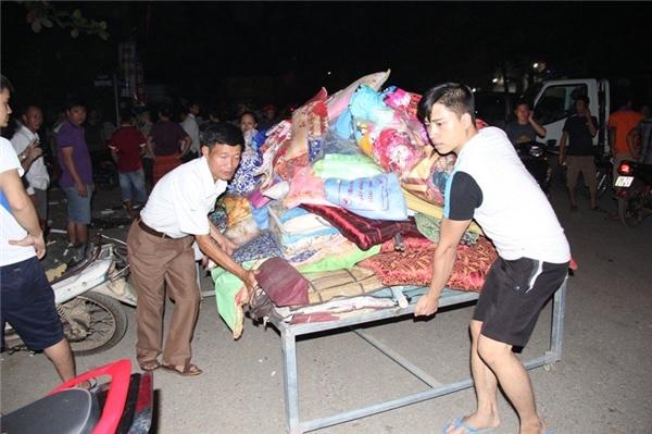 Chợ Bình Sơn là chợ trung tâm huyện Hương Khê, tập trung hơn 1.000 tiểu thương và người kinh doanh.Bất chấp nguy hiểm, rất nhiều người cố gắng lao vào đám cháy để sơ tán hàng hóa, vớt vát tài sản mặcsự can ngăn của công an huyện vàlực lượng chức năng địa phương. Ảnh: Thiện Lương