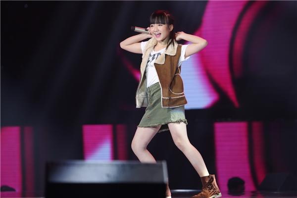 Vũ Cát Tường cho biết cô nhìn thấy một Đông Nhi nhítrên sân khấu trong phần trình diễn của Kim Anh, không phải không có lí do mà cô bé được xếp hát mở màn. - Tin sao Viet - Tin tuc sao Viet - Scandal sao Viet - Tin tuc cua Sao - Tin cua Sao