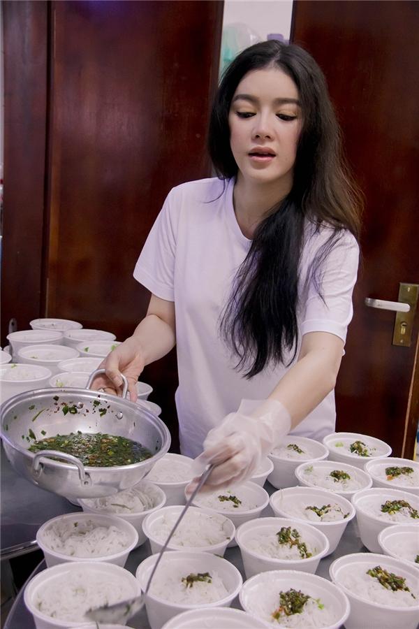 Cô tự tay vào bếp nấu ăn. - Tin sao Viet - Tin tuc sao Viet - Scandal sao Viet - Tin tuc cua Sao - Tin cua Sao