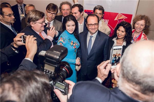 Chính những thành công vang dội của Lý Nhã Kỳ trên thảm đỏ Cannes 2016 đã giúp cô có được cơ hội trở thành một trong những người hiếm hoi được đón và tháp tùng Tổng thống Pháp khi ông đến thăm và làm việc tại Việt Nam trong khoảng thời gian vừa qua. - Tin sao Viet - Tin tuc sao Viet - Scandal sao Viet - Tin tuc cua Sao - Tin cua Sao