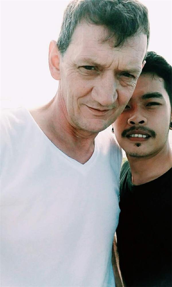 Ngưỡng mộ tình cảm của chàng trai Việt và người yêu đồng tính lớn tuổi