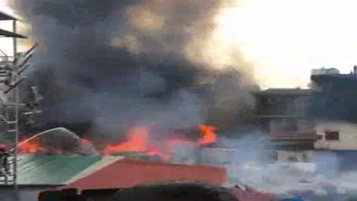 Đám cháy lan nhanh và rộng, chỉ trong ít phút đã trùm kín toàn bộ khu lán trại công nhân.