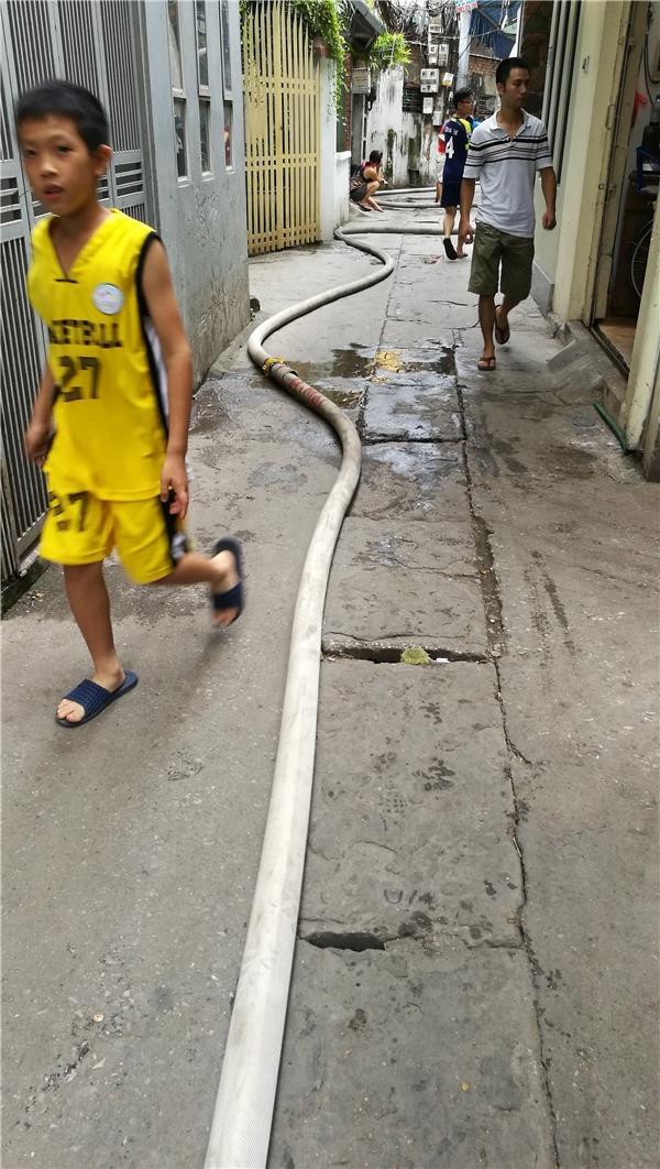 Ở hướng tiếp cận khác, vòi chữa cháy phải đi rất dài qua những ngõ nhỏ hẹp.