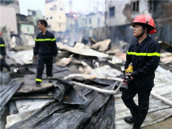 Hà Nội liên tiếp cháy lớn, một khu lán trại công nhân bị thiêu trụi