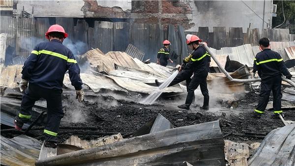 Xung quanh khu vực hỏa hoạn có tiếp giáp với khu vực dân cư, rất may ngọn lửa không bén ra xung quanh.