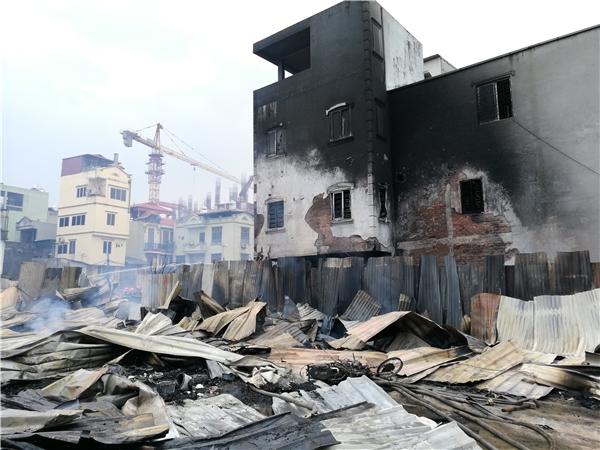 Một mảng tường nhà dân tiếp giáp với nơi có ngọn lửa mạnh nhất đã bị cháy xém,tuy nhiên may mắnlửa không lan vào trong nhà.