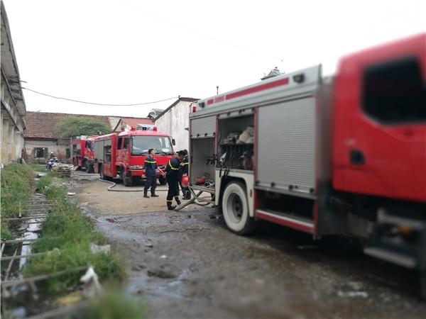 Tổng số có hơn chục xe chữa cháy được huy động tới hiện trường.