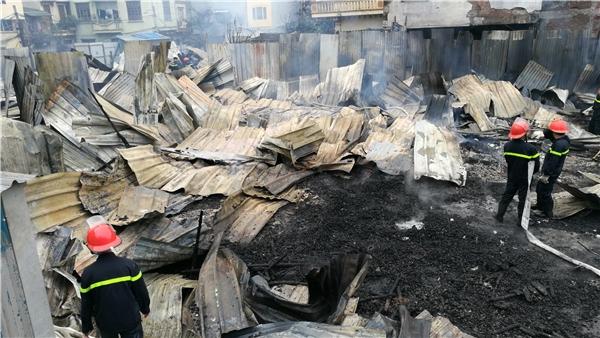 Khoảng 15h30p ngọn lửa mới được khống chế. Theo ghi nhậnban đầu không có thiệt hại về người. Nguyên nhân vụ cháy đang được cơ quan chức năng điều tra.