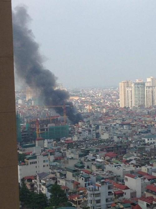Nhìn từ xa,cột khói đen bốc cao nghi ngút