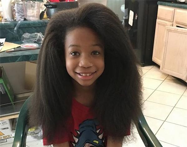 Không ít rắc rối gặp phải từ mái tóc dài, nhưng vì các bệnh nhân ung thư, cậu bé này đã cố gắng nuôi dưỡng nó suốt 2 năm.