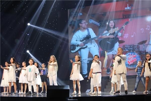 Mở đầu đêm thi là tiết mục hòa giọng của Top 18 The Voice Kids 2016 qua ca khúc Shine Your Light và Vút Bay. - Tin sao Viet - Tin tuc sao Viet - Scandal sao Viet - Tin tuc cua Sao - Tin cua Sao