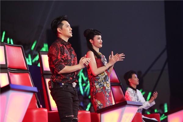 Cả hai đã đứng dậy vỗ tay ngay khi phần biểu diễn của Thuỳ Dung vừa kết thúc. - Tin sao Viet - Tin tuc sao Viet - Scandal sao Viet - Tin tuc cua Sao - Tin cua Sao