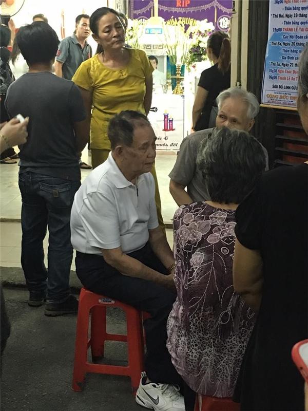 Người cha già nén đau, con nuôi Minh Thuận lặng lẽ trước linh cữu bố - Tin sao Viet - Tin tuc sao Viet - Scandal sao Viet - Tin tuc cua Sao - Tin cua Sao
