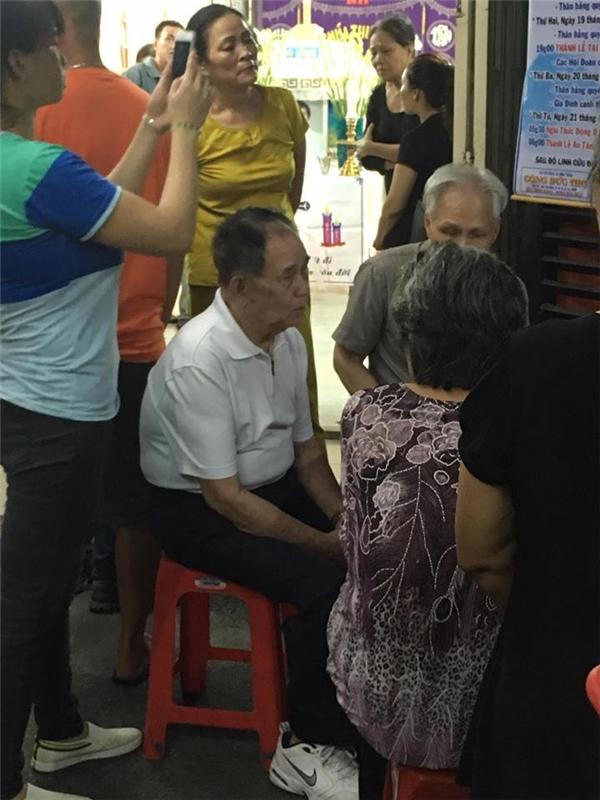 Ba của Minh Thuận bình tĩnh tiếp khách và chuẩn bị tang sự cho con trai. - Tin sao Viet - Tin tuc sao Viet - Scandal sao Viet - Tin tuc cua Sao - Tin cua Sao