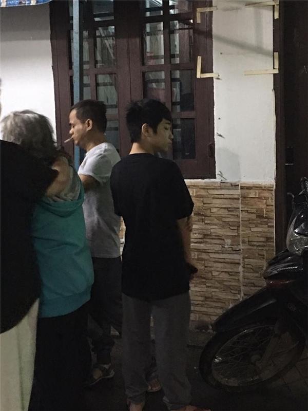 Con nuôi của nam ca sĩ Minh Thuận cũng có mặt ngay khi vừa nghe tin bố mất. - Tin sao Viet - Tin tuc sao Viet - Scandal sao Viet - Tin tuc cua Sao - Tin cua Sao