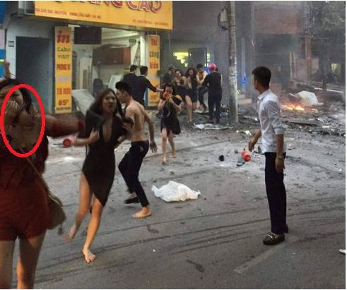 Hình ảnh cô gái áo đỏ dùng áo ngực để bịt mũi thoát ra khỏi đám cháy khiến cộng đồng mạng đưa ra nhiều tranh luận. Ảnh: otofun