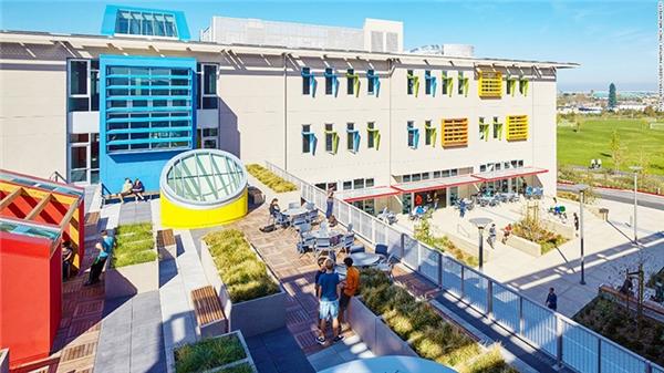Trường Nueva ở California, Mỹ, tạo sự kết nối khăng khít với cộng đồng thông qua việc tận dụng sân chơi và thư viện công cộng, đổi lại, trường cho phép người dân sử dụng khuôn viên trường. Cách làm này giúp học sinh sống hòa nhập hơn đồng thời rèn luyện kỹ năng mềm cho các em  .